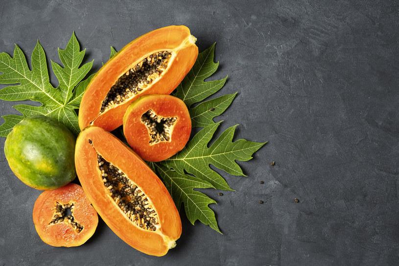 Napar z liści papai zwiększa produkcję płytek krwi /123RF/PICSEL