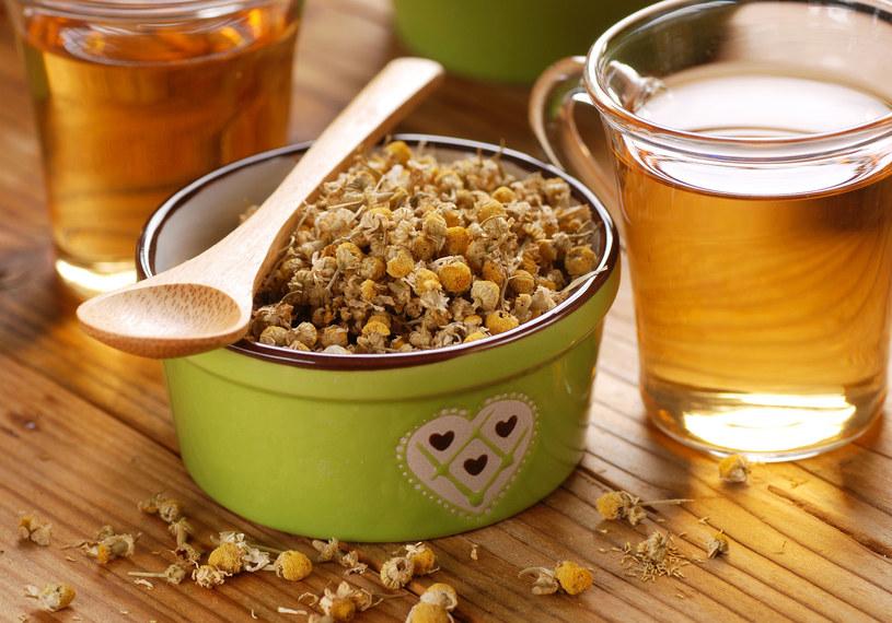Napar z rumianku pomoże po zbyt tłustym posiłku /123RF/PICSEL