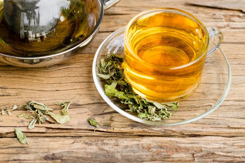Napar z zielonej herbaty na jęczmień przygotujesz w kilka chwil /123RF/PICSEL