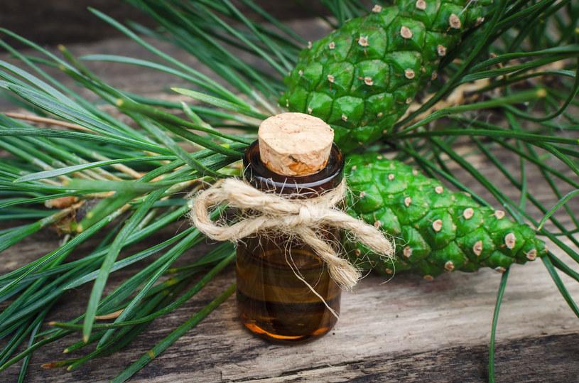 Napary z sosny łagodzą objawy infekcji intymnych /123RF/PICSEL