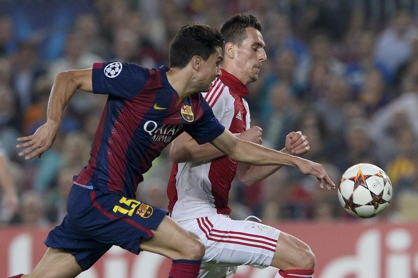 Napastnik Ajaksu Amsterdam Arkadiusz Milik (z prawej) podczas meczu z Barceloną /AFP