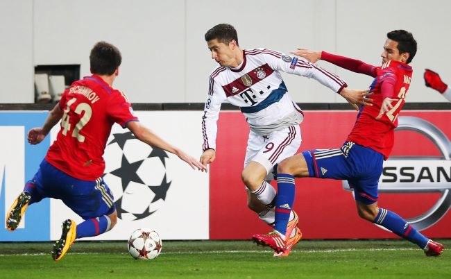 Napastnik Bayernu Monachium Robert Lewandowski (w środku) podczas meczu z CSKA Moskwa /PAP/EPA