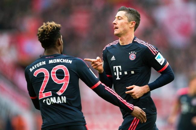 Napastnik Bayernu Robert Lewandowski cieszy się z gola dla Bayernu /PAP/EPA