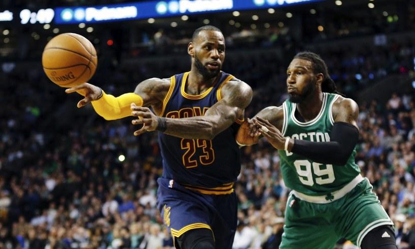 Napastnik Cleveland Cavaliers LeBron James (L) i Jae Crowder podczas czwartkowego meczu z Boston Celtics. /PAP/EPA