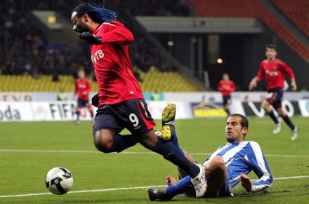 Napastnik CSKA - Vagner Love (z lewej) był bohaterem meczu w Rotterdamie /AFP