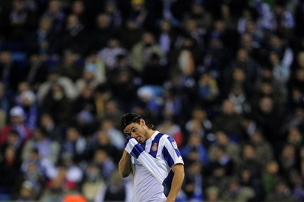 Napastnik Espanyolu - Daniel Osvaldo przeżywa porażkę w derbach z Barceloną. /AFP