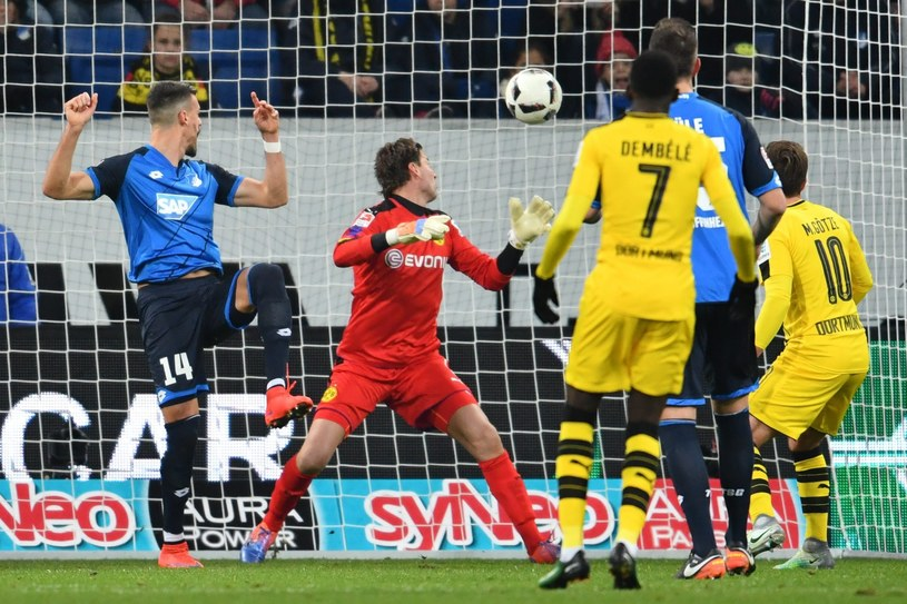 Napastnik Hoffenheim Sandro Wagner (z lewej) pokonuje bramkarza Borussii Dortmund Romana Weidenfellera /PAP/EPA