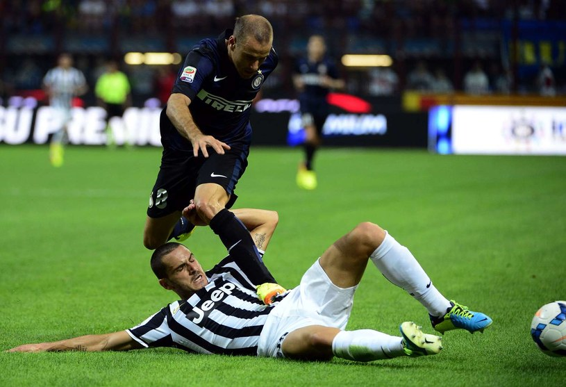 Napastnik Interu Rodrigo Palacio walczy o piłkę z obrońcą Juventusu Leonardem Bonuccim /AFP