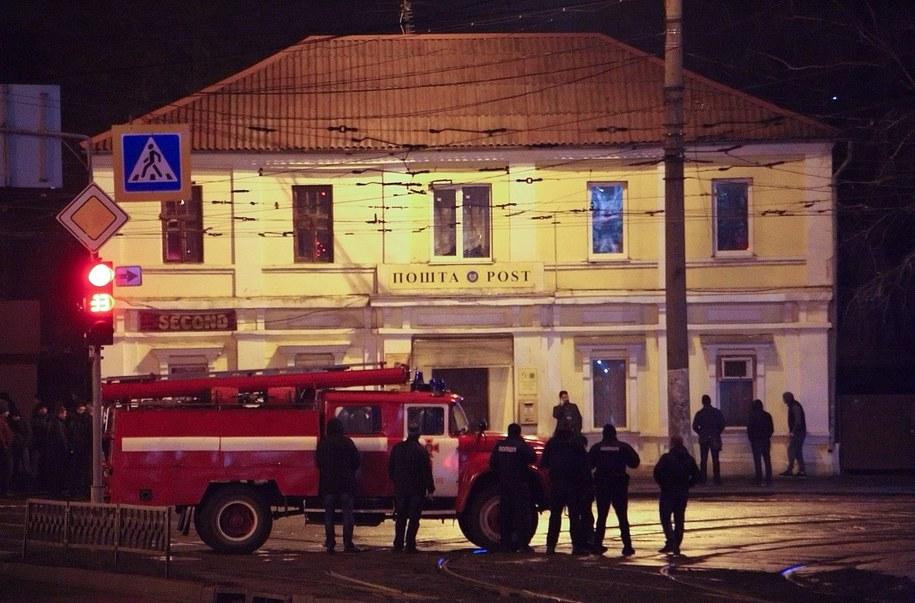 Napastnik przetrzymuje zakładników w budynku poczty /PAVLO PAKHOMENKO /PAP/EPA