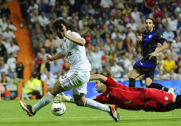 Napastnik Realu Gonzalo Higuain w pojedynku z bramkarzem Rayo Danielem Gimenezem /AFP