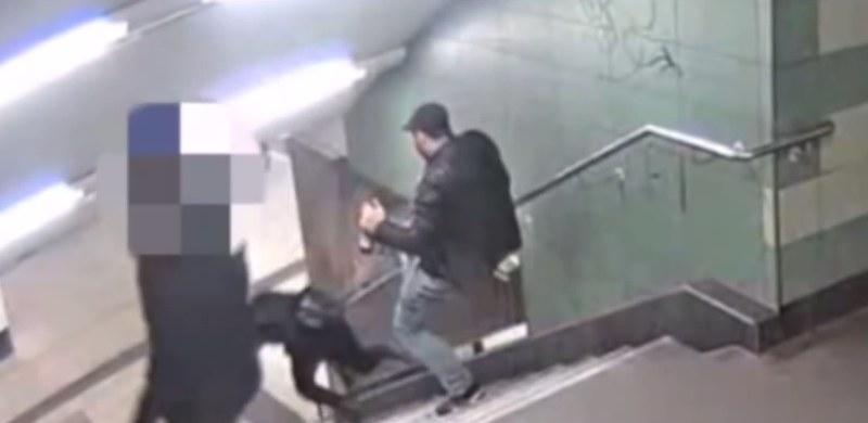 Napastnik silnym kopnięciem sprawił, że kobieta spadła ze schodów /ViralVideos /YouTube