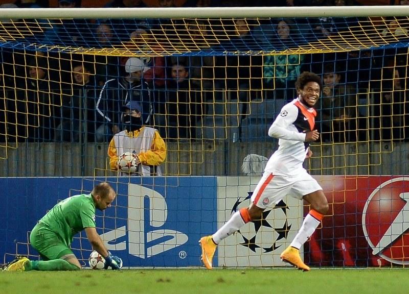 Napastnik Szachtara Donieck Luiz Adriano cieszy się ze zdobycia gola w meczu z BATE /AFP