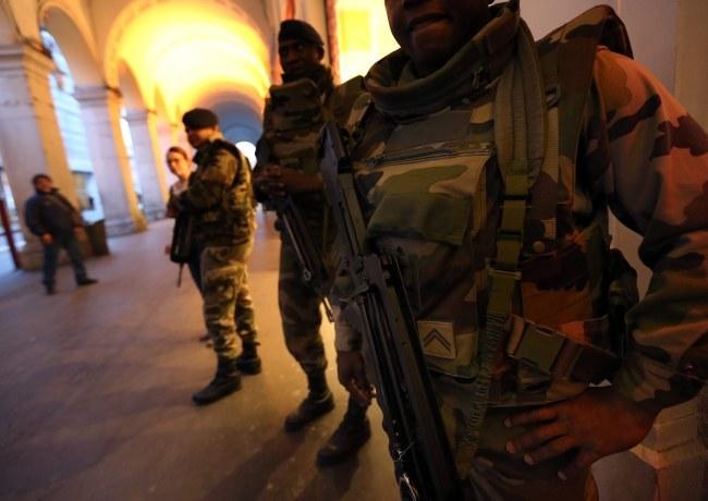 Napastnik zaatakował wczoraj żołnierzy chroniących synagogę /SEBASTIEN NOGIER  /PAP/EPA
