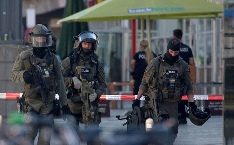 Napastnik został obezwładniony przez policję /OLIVER BERG /AFP