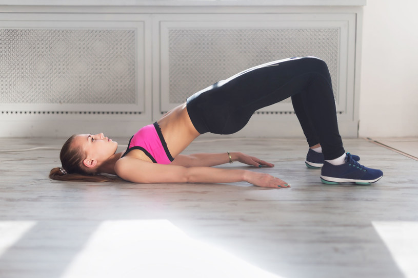 Napinaj mięśnie brzucha i unoś miednicę do góry, wytrzymaj 5-10 sek. i powoli opuszczaj miednicę w dół /123RF/PICSEL