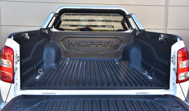 """Napis """"Mopar"""" na ochronnej wannie w ładowni przywodzi na myśl auta amerykańskie. Fullback może przewieźć towary o masie niemal jednej tony. /Motor"""