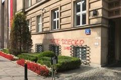Napis na budynku MEN