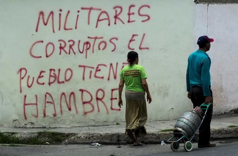 """Napis na jednym z wenezuelskich budynków: """"Skorumpowani żołnierze! Ludność cierpi głód"""" /JUAN BARRETO /AFP"""