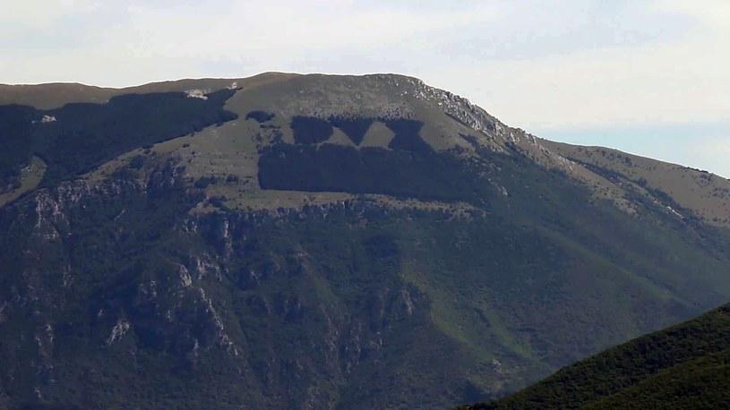 Napis na Monte Giano widoczny jest z wielu kilometrów... /Wikimedia Commons /domena publiczna