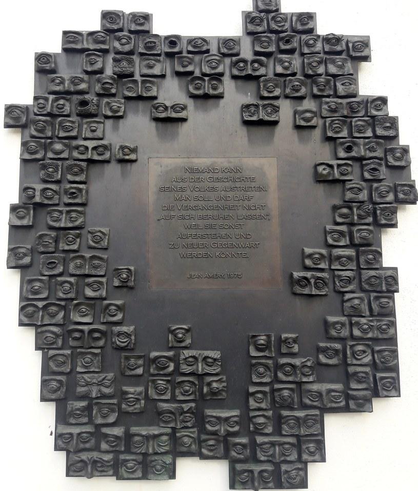 Napis na tablicy w Guenzburgu obramowany jest kilkudziesięcioma parami oczu, nawiązującymi do zbrodniczych eksperymentów doktora Mengele. Fot. Jacek Lepiarz /Deutsche Welle