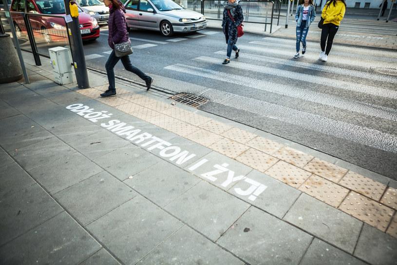 """Napis """"Odłóż smartfon i żyj"""" na jednej z ulic w Warszawie /Adam Burakowski /Reporter"""