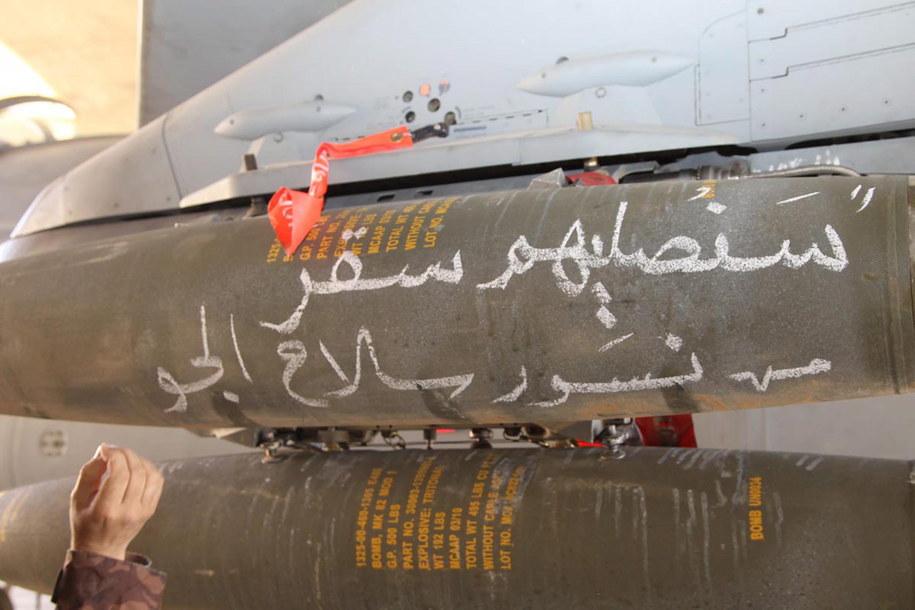 """Napis po arabsku: """"Pokażemy im piekło. Jordańskie siły powietrzne"""" /JORDAN NEWS AGENCY  /PAP/EPA"""