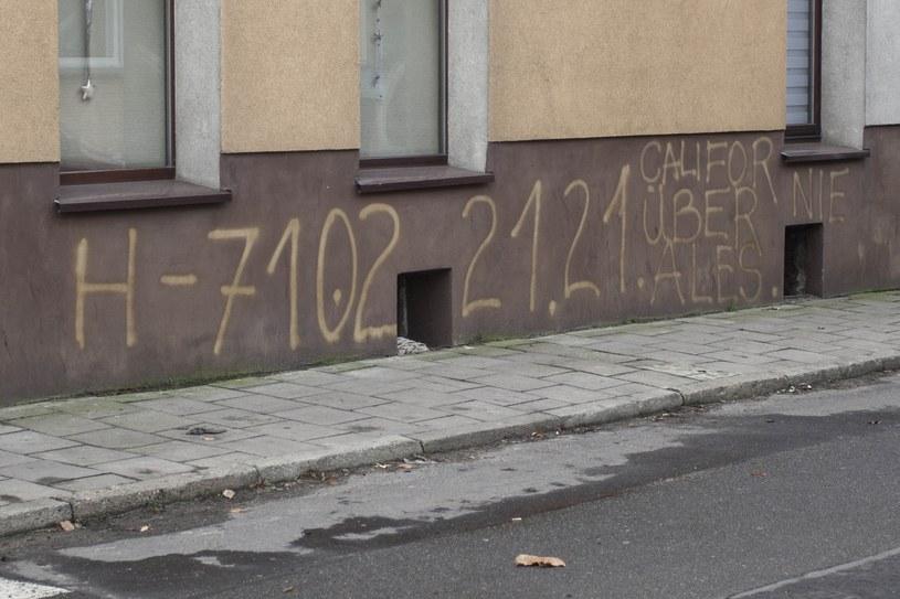 Napisy, które na budynku biura zostawił sprawca /Tomasz Gola /East News
