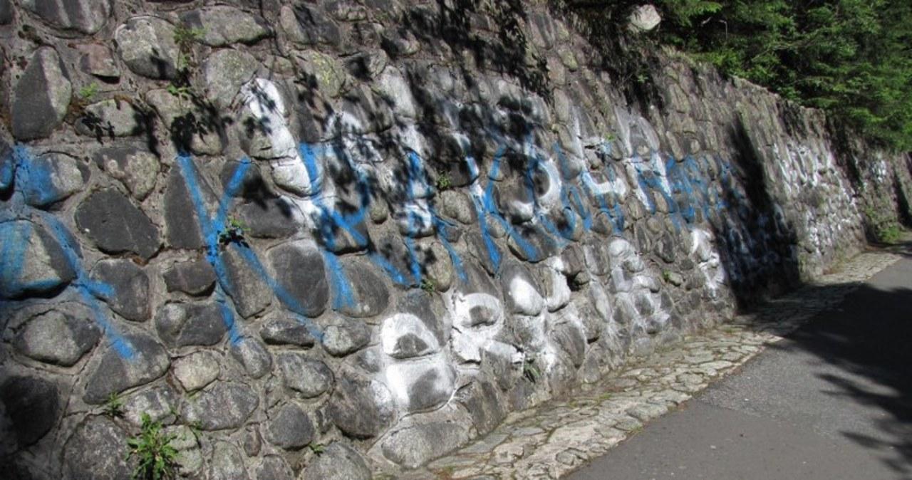 Napisy wymalowane przez kiboli na drodze do Morskiego Oka