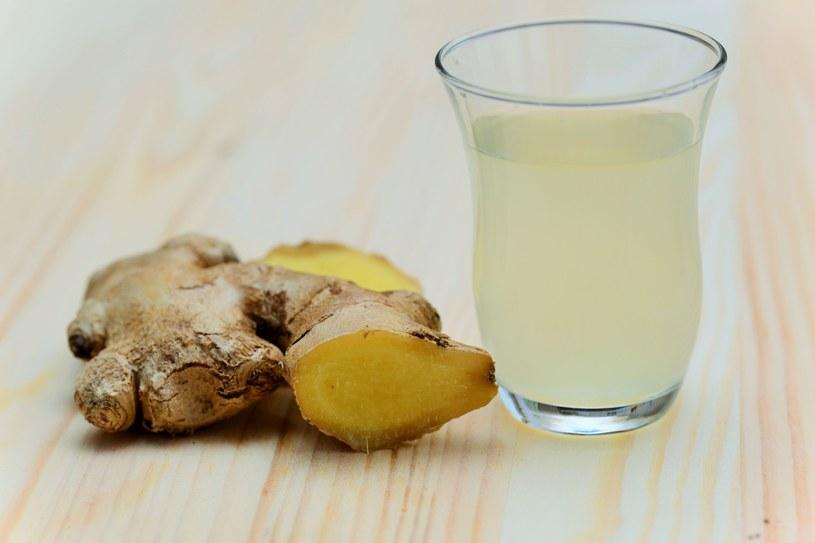 Napój imbirowy jest dobry nie tylko na chłody. Latem można pić go z lodem i liśćmi mięty – orzeźwi. /123RF/PICSEL