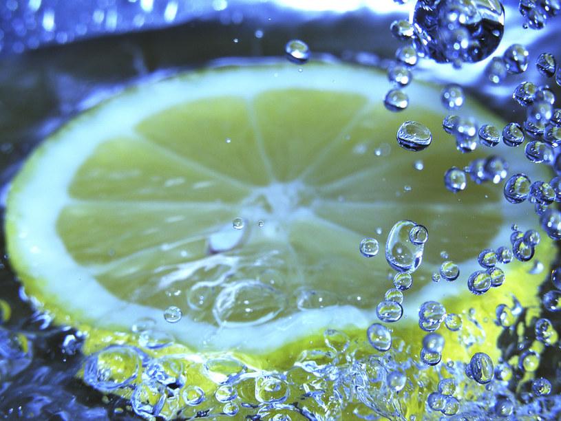 napój oczyszczajacy z cytryna /© Photogenica