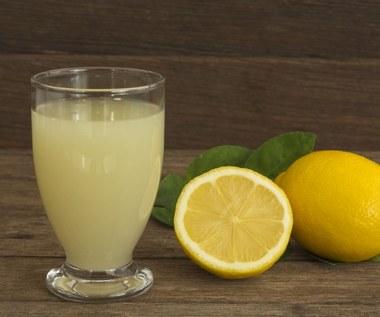 Napój oraz porcja witaminy C, która ochroni przed drobnoustrojami