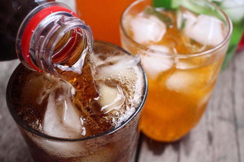 Napoje gazowane pite na pusty żołądek mogą powodować zaparcia /123RF/PICSEL
