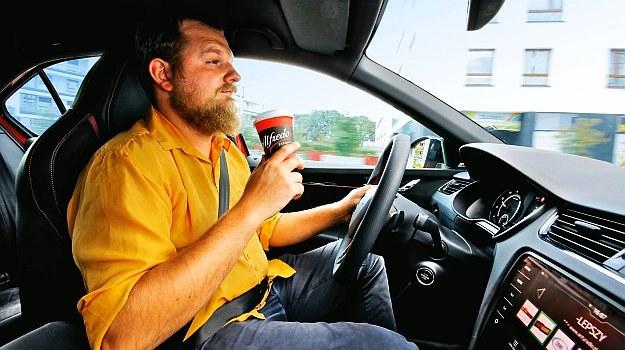 Napoje z kofeiną mogą działać do ok. dwóch godzin. Nie zastąpią odpoczynku. /Motor