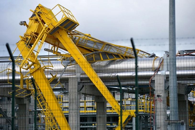 Naprawa uszkodzonej instalacji w terminalu gazowym w Świnoujściu. Wichura uszkodziła rurociąg służący do opomiarowania zbiornika w terminalu LNG /Marcin Bielecki /PAP