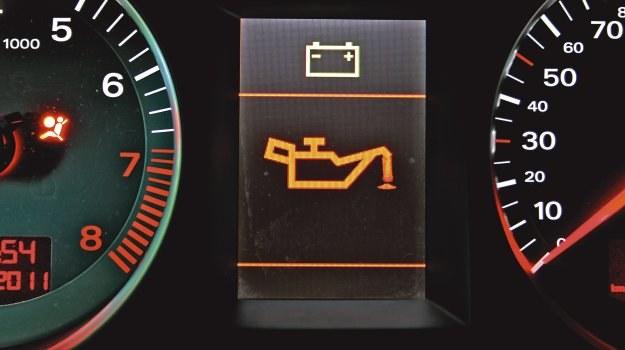 Naprawę usterki warto zacząć od skontrolowania prawdziwego ciśnienia oleju w układzie smarowania. /Motor