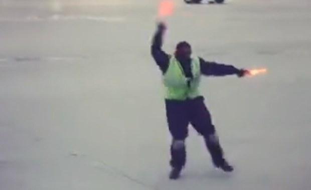 Naprowadzał samolot tanecznym krokiem. Ktoś nagrał jego popis