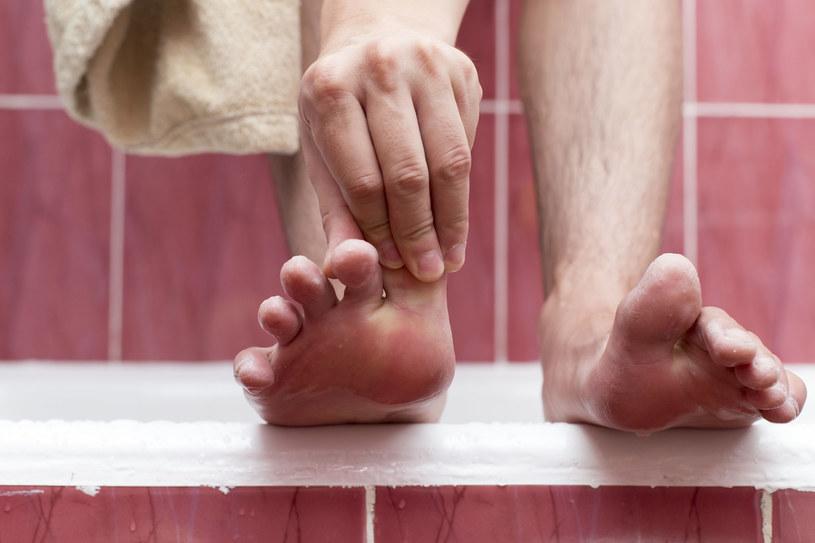 Naprzemienne natryski mogą pomóc w problemie zimnych stóp /123RF/PICSEL