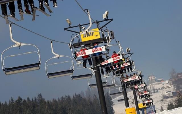 Narciarze na wyciągu narciarskim na sztucznie naśnieżonej Polanie Szymoszkowej w Zakopanem /Grzegorz Momot /RMF FM
