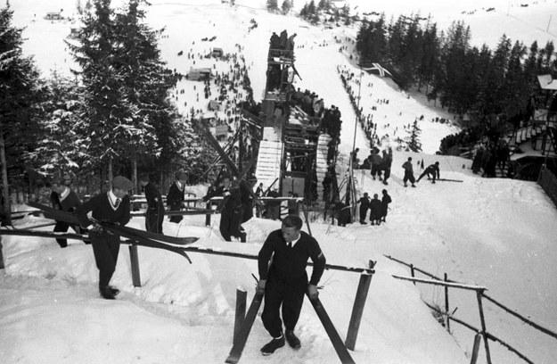Narciarze przed konkursem skoków na Wielkiej Skoczni na Krokwi. Zdjęcie z 1935 roku /Z archiwum Narodowego Archiwum Cyfrowego