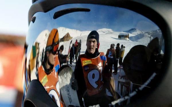 Narciarzy będą pilnować policjanci na nartach /AFP