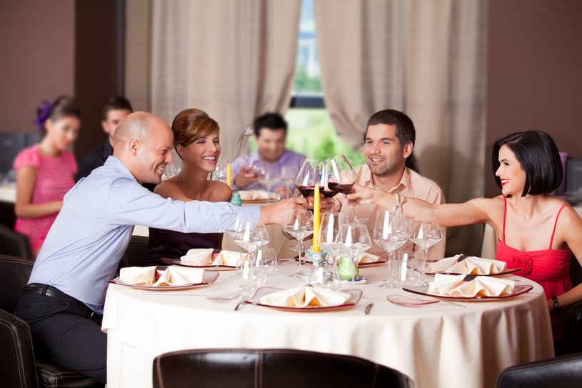 Narcyz na rodzinnych uroczystościach to dusza towarzystwa /123RF/PICSEL