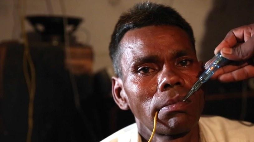 Naresh może dotykać przewodów, które zabiłyby normalnego człowieka /YouTube