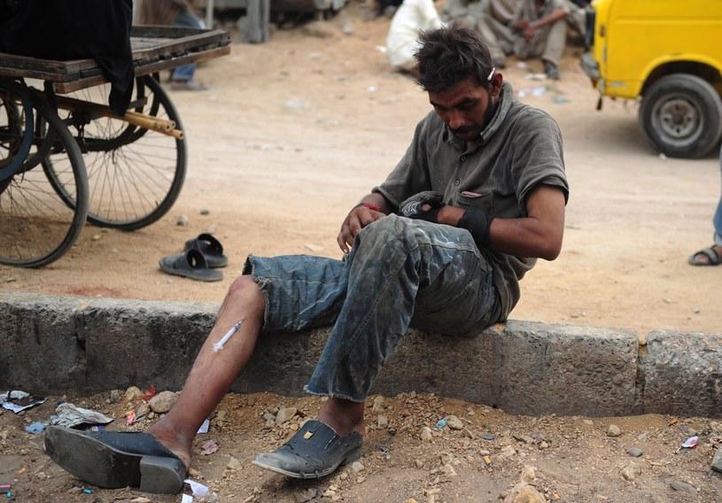 Narkoman na ulicach Karaczi. Taka scena to wcale nie rzadkość w tym mieście /AFP