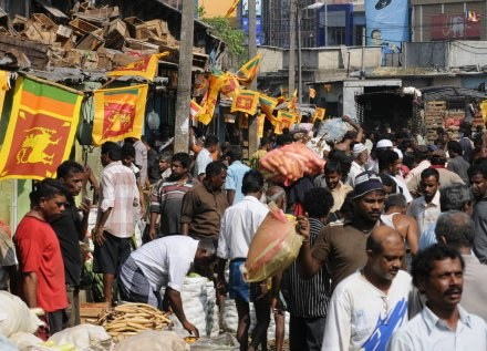 Narodowe flagi zawisły w Kolombo po zwycięstwie nad Tamilskimi Tygrysami /AFP