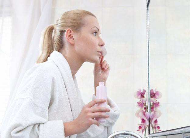 Nasącz płatek kosmetyczny płynem i połóż go na powiekę /123RF/PICSEL