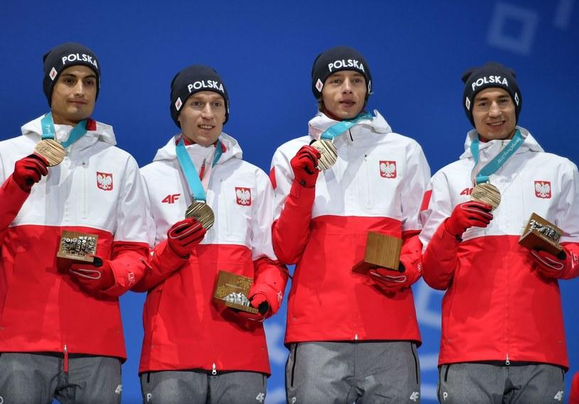 Nasi brązowi medaliści w drużynie z igrzysk w Pjongczangu: Stefan Hula, Maciej Kot, Dawid Kubacki i Kamil Stoch /AFP