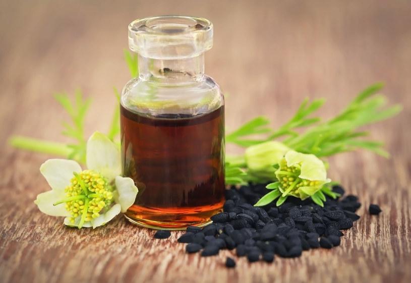 Nasiona czarnuszki stosujmy zamiennie z olejem z tych nasion /123RF/PICSEL