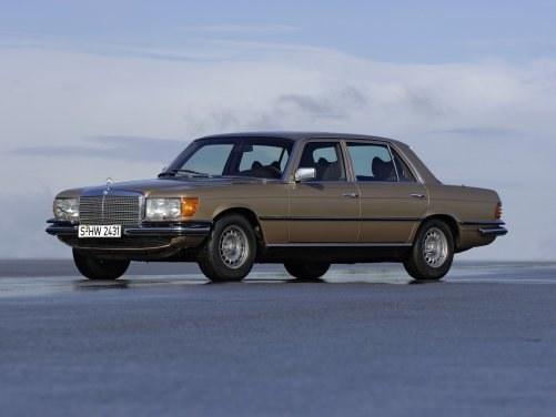 Następca modelu W108. Był on dostępny również w wersji wydłużonej o 10 cm. Silniki o mocy od 112 do 286 KM. /Mercedes