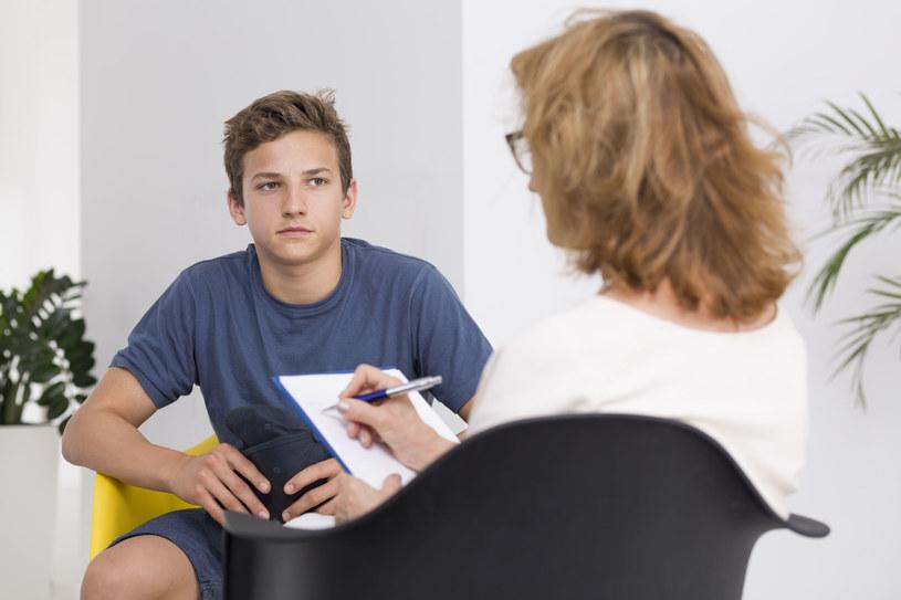 Nastolatek potrzebuje wsparcia dorosłych /123RF/PICSEL