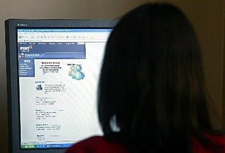 Nastolatki przy komputerze - młodość może doprowadzić do tragedii /AFP